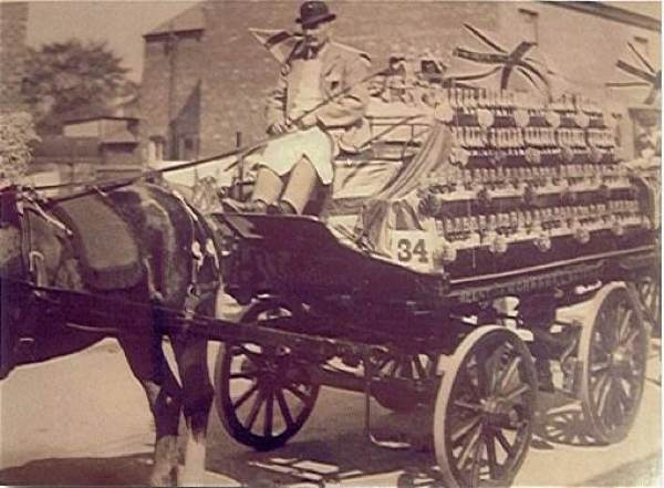 Horse and cart delivering soda syphons 1920